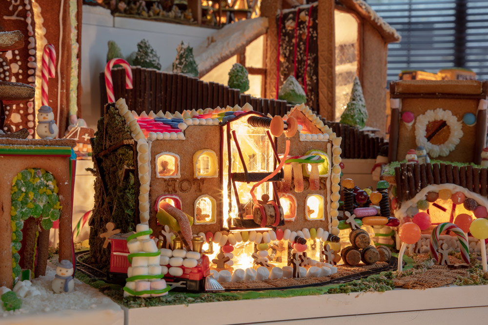 Hot Cross Pub Gingerbread City